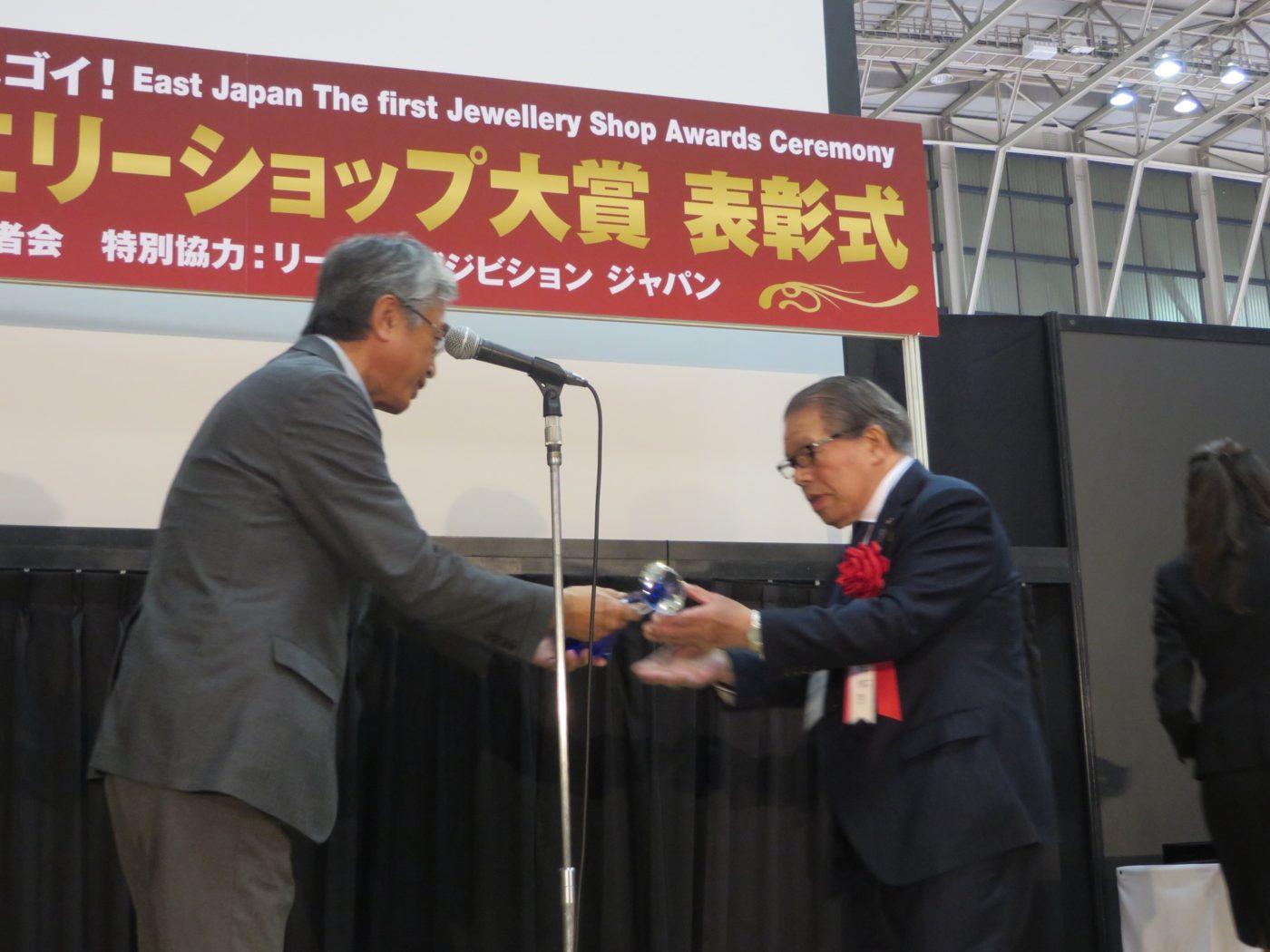 2017年秋のIJTで開催された第1回東日本ジュエリーショップ大賞受賞式でオプトナカムラがグランプリを受賞しました。