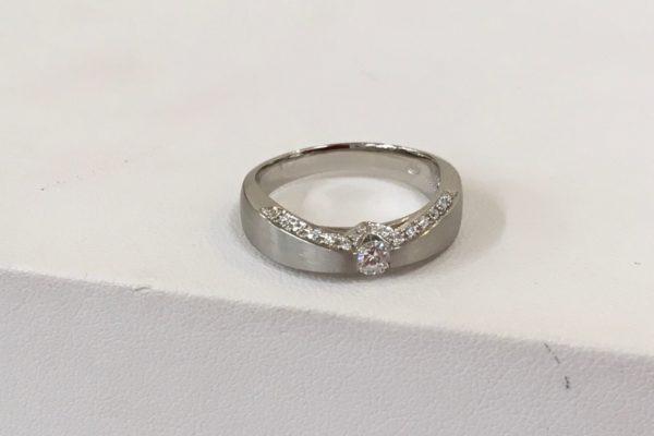 富士吉田市にお住いのお客様より立て爪指輪の作り替えを承りました。