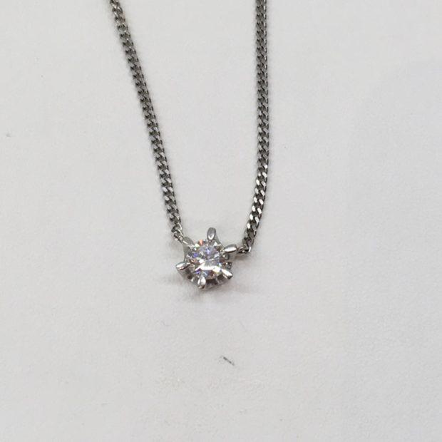 富士河口湖町内にお住いのRさんよりダイヤペンダントから指輪への作り替えを承りました。 BEFORE