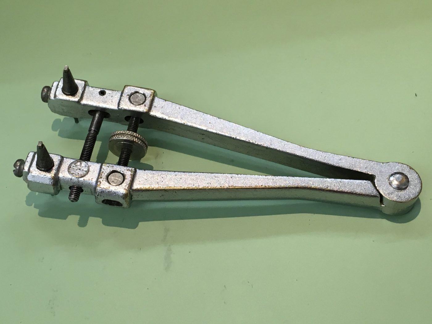 電池交換の工具 2爪式裏ブタオープナー TOMMY HILFIGER 腕時計