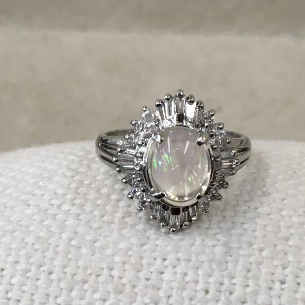 富士吉田市にお住いのT様よりオパールの指輪をペンダントへのリフォームを承りました。 BEFORE