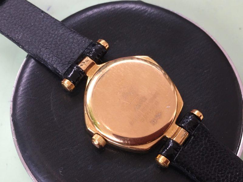 星の砂の腕時計の裏側 電池交換 ダイヤモンド