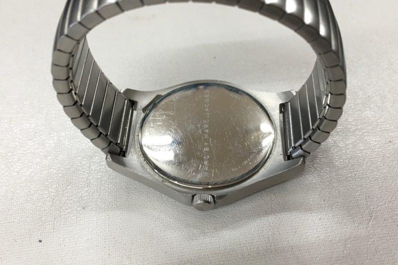 マークジェイコブス腕時計の電池交換_裏側