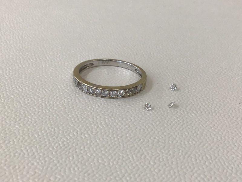 指輪からダイヤが外れた。