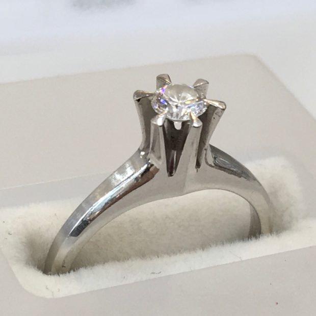 立て爪ダイヤリングをダンシングストーンダイヤモンドネックレスにリフォーム BEFORE