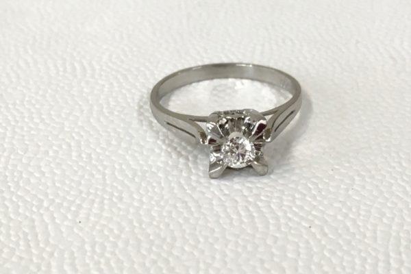 指輪のダイヤモンドが動く!?