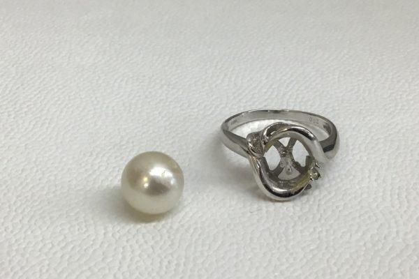 指輪から真珠が外れてしまった。