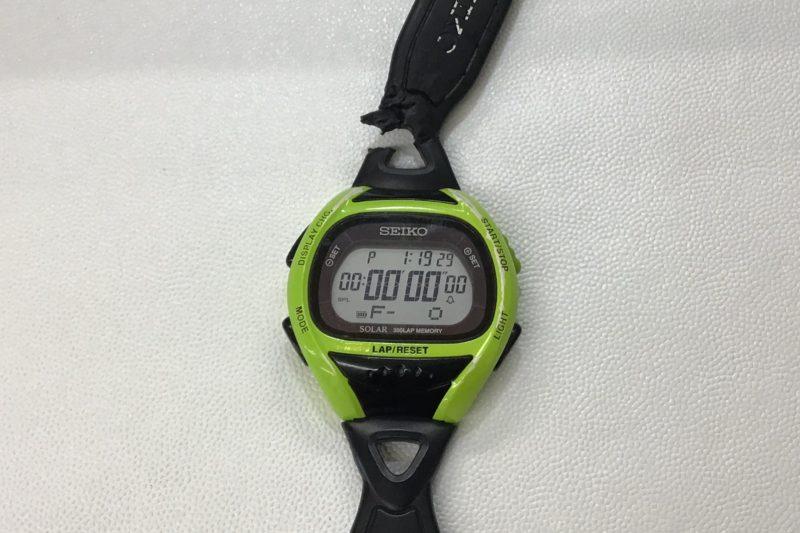 SEIKOの腕時計のベルトが犬に食いつかれた