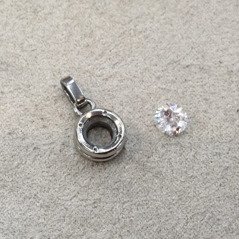 ペンダントからダイヤモンドが外れてしまった