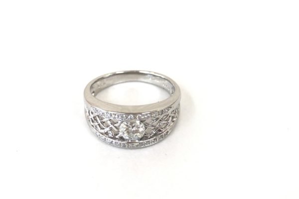 指輪のセンターダイヤがぐらぐら動いてしまう⁉︎