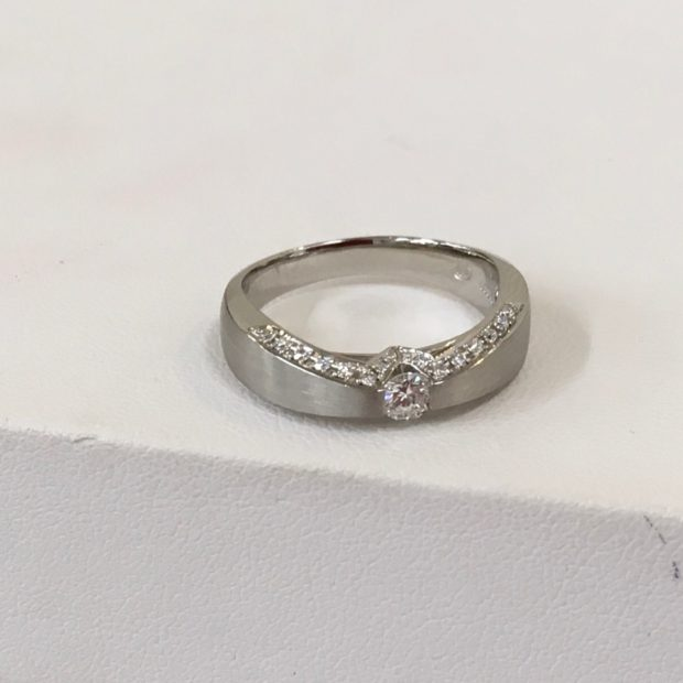 富士吉田市にお住いのお客様より立て爪指輪の作り替えを承りました。 AFTER