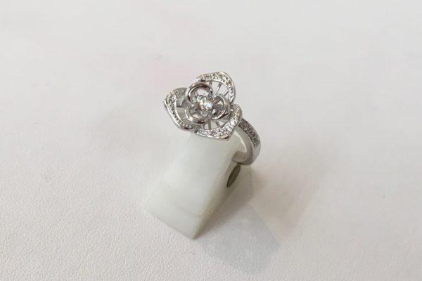 プラチナペンダントネックレスを元のデザインを活かして指輪に作り替えました。