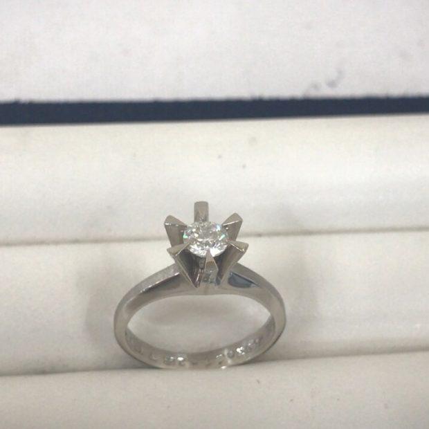 富士吉田市にお住いのお客様より立て爪指輪の作り替えを承りました。 BEFORE