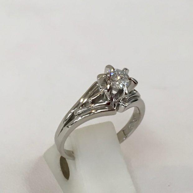 W様よりお母様のダイヤリングを婚約指輪へ作り替えを承りました。 BEFORE