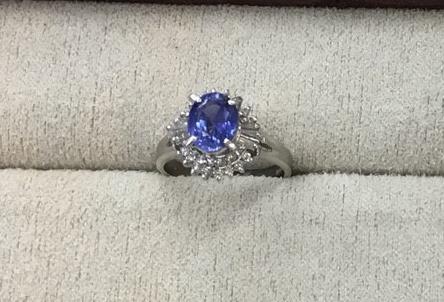 富士河口湖町内にお住まいのM様から1.91カラットサファイア指輪の作り替えを承りました。 BEFORE