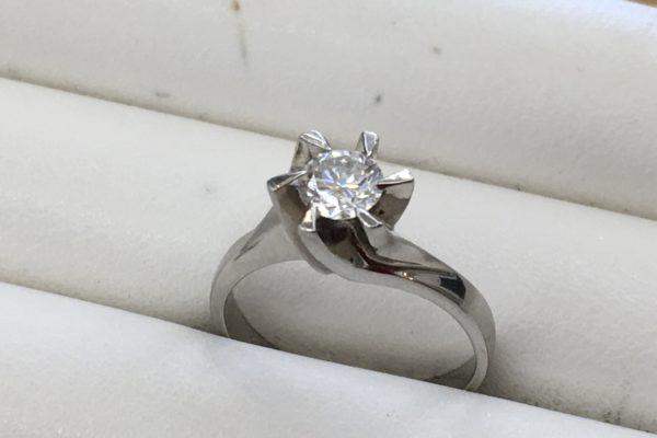 富士河口湖町にお住まいのN様より立て爪指輪の作り替えを承りました。