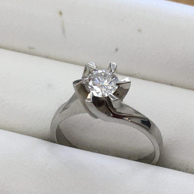 富士河口湖町にお住まいのN様より立て爪指輪の作り替えを承りました。 BEFORE