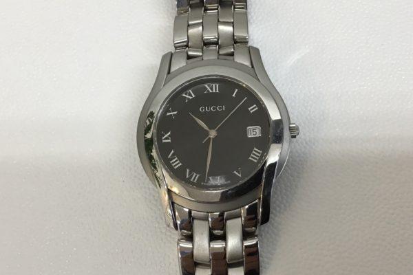 千葉県にお住いの方から GUCCI の腕時計の電池交換とベルトのコマ足しを承りました。