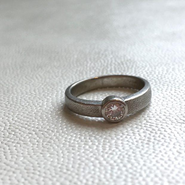 ダイヤの指輪をペンダントネックレスに作り替え BEFORE