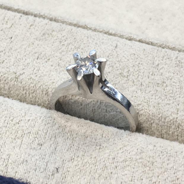 立てツメダイヤリングを出っ張りのない指輪に作り替えた事例 BEFORE