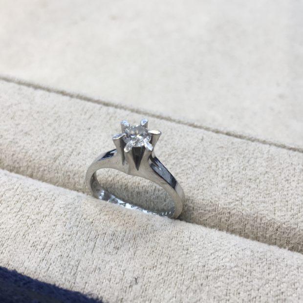 使わない指輪をペンダントネックレスにリフォームした事例 BEFORE