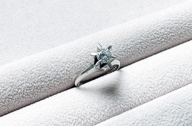 ダイヤモンド立て爪リングのリフォーム、同じようなデザインリングお持ちじゃありませんか? BEFORE