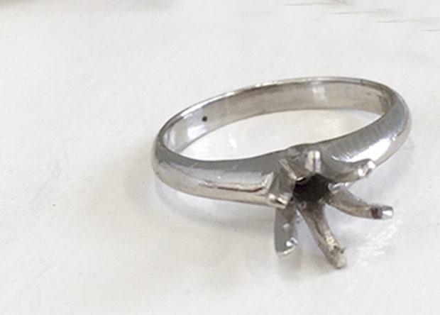 立て爪ダイヤリングを一粒石のシンプルネックレスにリフォーム BEFORE